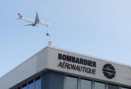 En la imagen, un avión vuela sobre una planta de Bombardier en Montreal