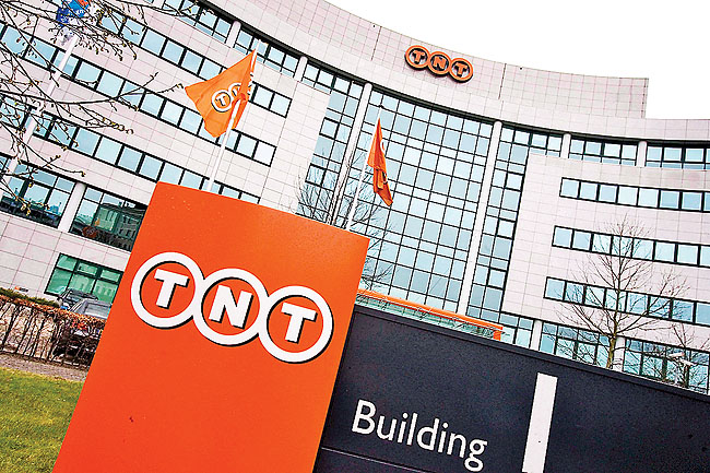 epa01439913 (FILES) A file photograph dated 03 April 2007 shows the head office of global express and mail delivery services company TNT in Hoofddorp, The Netherlands. The Sunday Telegraph said 10 August 2008 that United Parcel Service (UPS) was in negotiations with and planning to make a bid for TNT. The value of the bid is said to be 10 billion euros, while TNT's market value is estimated at some 9.6 billion euros. Both companies have declined any comment. EPA/KOEN SUYK