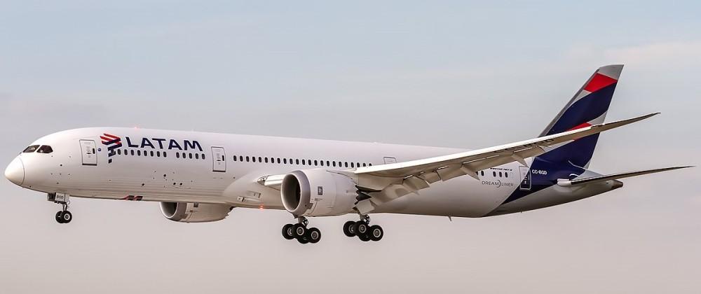 1200px-LATAM_Chile_Boeing_787-9_Dreamliner_(CC-BGD)_coming_in_from_Madrid_(LEMD)_@_Frankfurt_International_(EDDF)