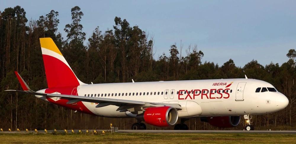 EC-LUS_A320_Iberia_Express_SCQ