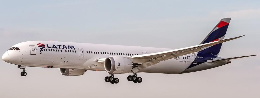 1200px-LATAM_Chile_Boeing_787-9_Dreamliner_(CC-BGD)_coming_in_from_Madrid_(LEMD)_@_Frankfurt_International_(EDDF).jpg