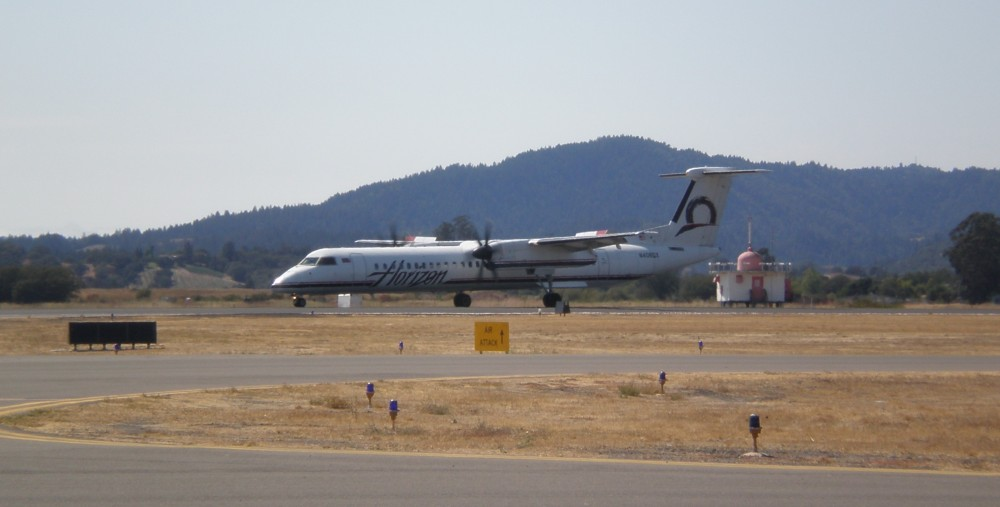 Horizon_Air_Bombardier_Q400_taxiing_at_Charles_M._Schulz_-_Sonoma_County_Airport_8-17-08_1 - copia.JPG