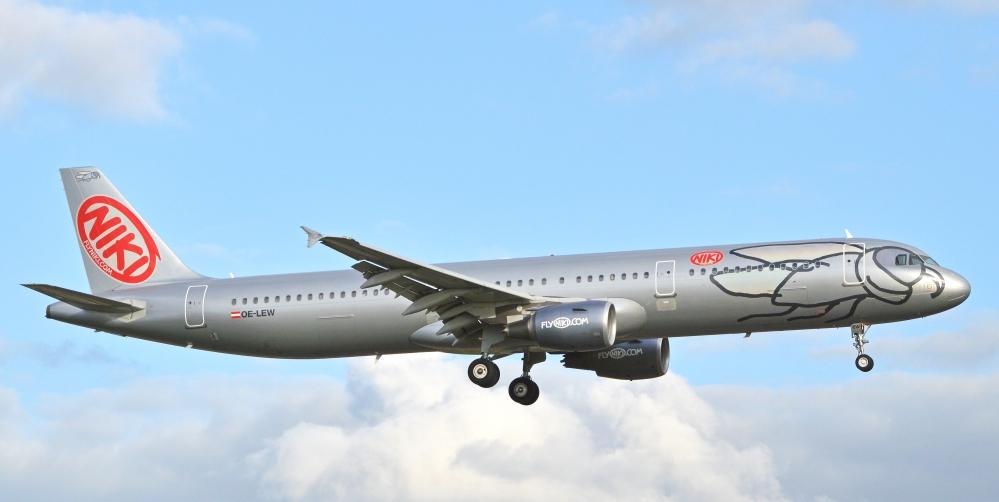 Airbus_A321-211_'OE-LEW'_flyNiki_(14335655108).jpg