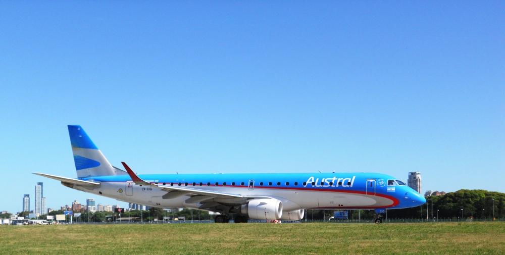 Embraer_190_-_Austral_Lineas_Aereas_(23581904200).jpg