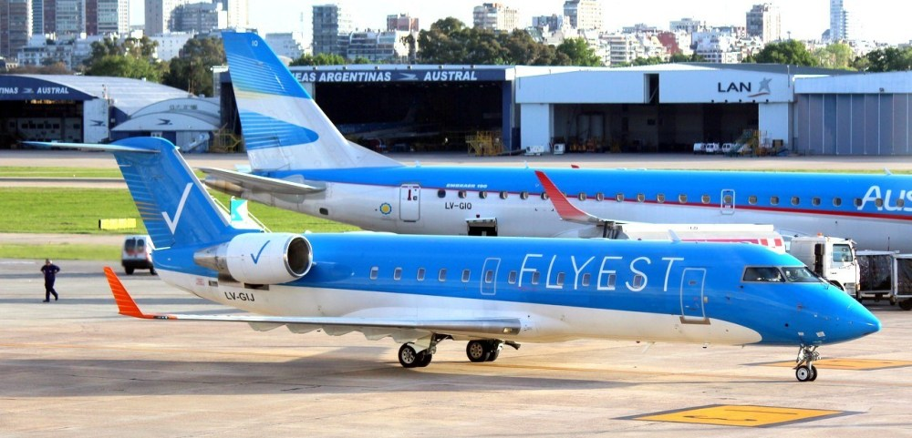 Flyest-CRJ200-LV-GIJ-en-Aeroparque.jpg