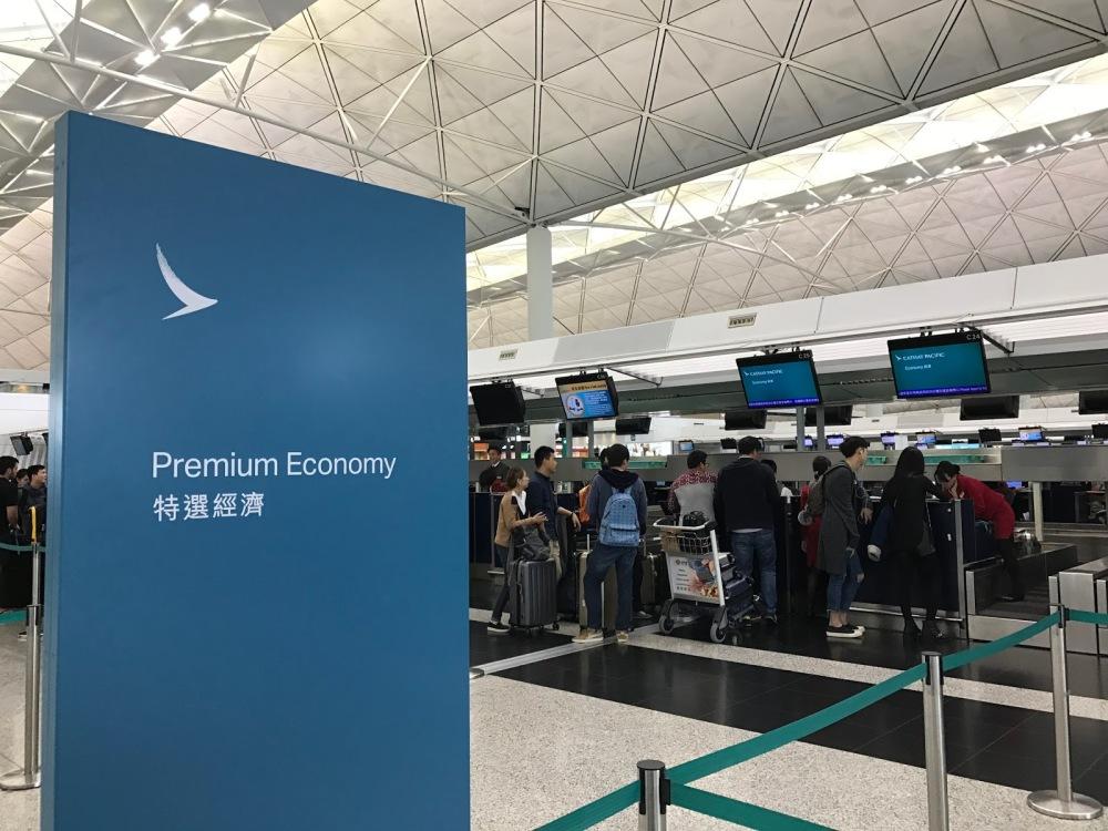 Resultado de imagen para airport check-in cathay pacific