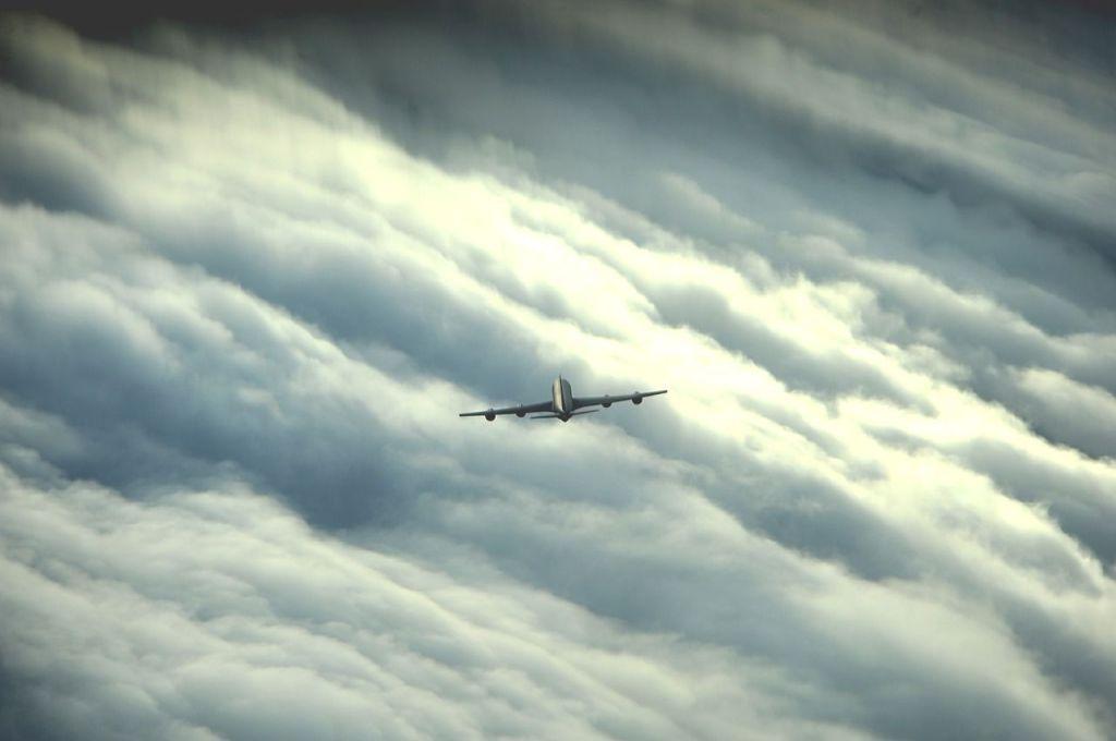 La imagen tiene un atributo ALT vacío; su nombre de archivo es aw.airplane_in_storm-1.jpg